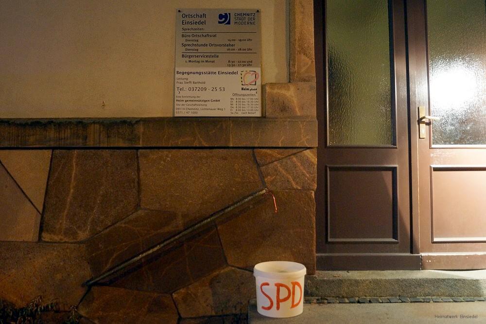 SPD-Eimer vor dem Einsiedler Rathaus