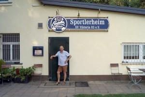 Falk Richter (Netzer) am 10.08.15 vor der Höhle