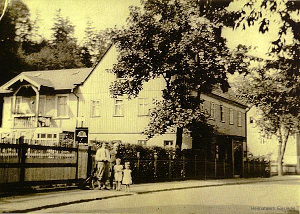 Der Kempe-Maler in der Einsiedler Hauptstraße 124 in den 1930er Jahren. Aufgang zur Heim des Stahlhelms.