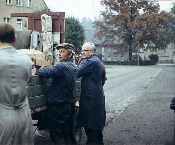 Verladen der Dorfkirmes durch Adolf Kienert und Erich Parthey