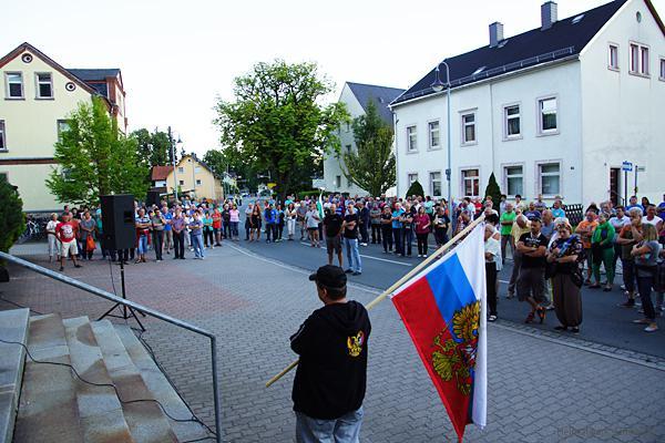 Demoteilnehmer vor der Rathaus in Einsiedel am 31.08.16