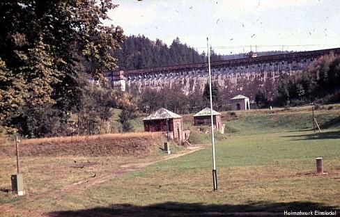 Staumauer und Filterhäuschen Ende der 1950er Jahre.