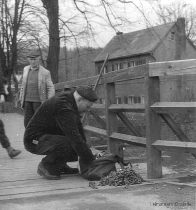 Geländer und Bauarbeiter in den 1950er Jahren.