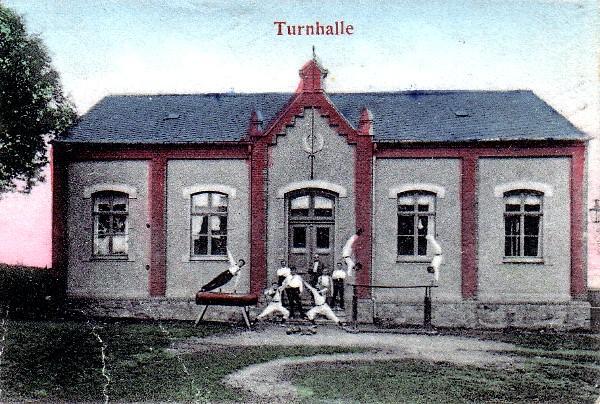 Die berbisdorfer Turnhalle gegenüber dem Lehngericht.
