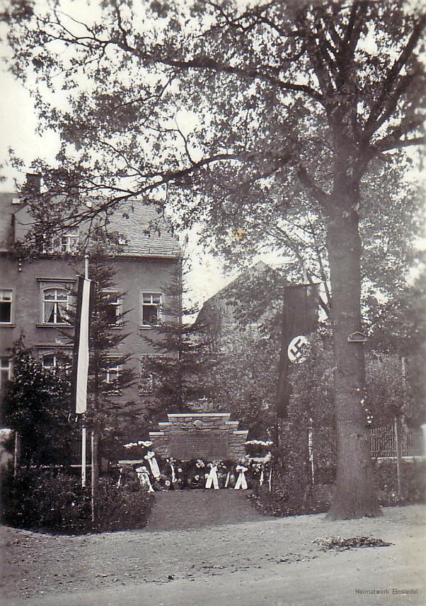 Kriegerdenkmal Berbisdorf mit Fahnenschmuck