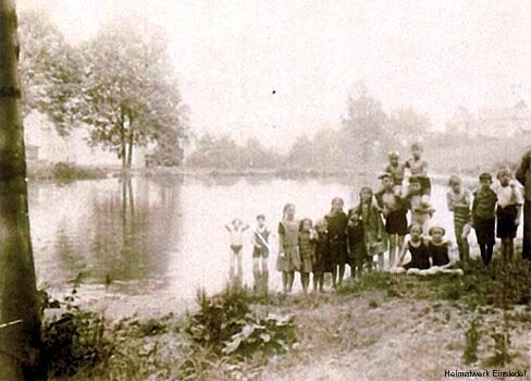 Kinder an den zwei Teichen an der Berbisdorfer Straße. Hier entsteht später das Freibad Einsiedel.