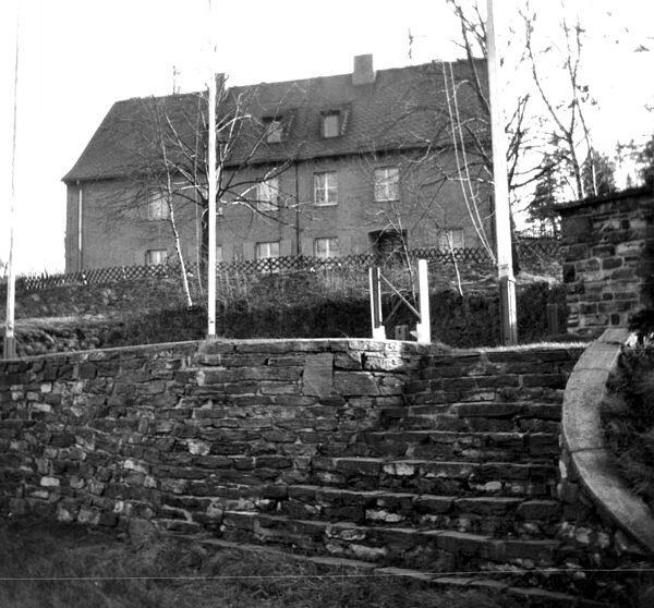 Krankenstation im Zentraler Pionierlager Einsiedel mit Treppe und Bühne davor