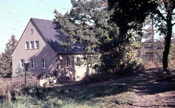 Krankenstation des Einsiedler Pionierlagers von der Waldseite aus.