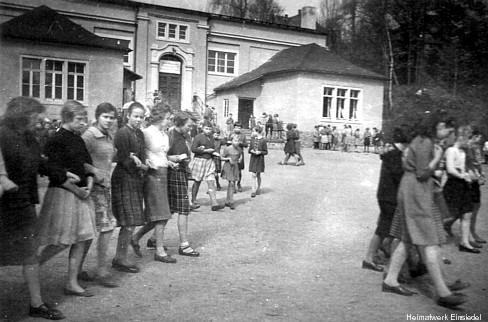 Auf dem Schulhof in Einsiedel 1960