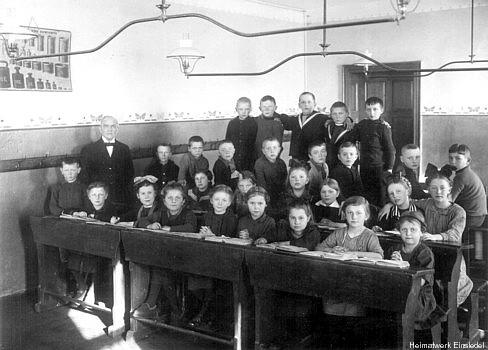Klassenraum mit Gasbeleuchtung