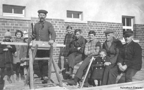 Bauherren vor dem Siedlungshaus