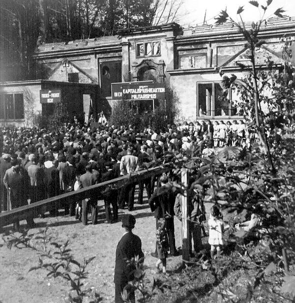 Walter Wieland spricht: 1946 vor der zerstörten Schulturnhalle in Einsiedel