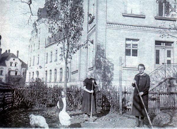 Hauptstr. 81, Garten mit Frauen, Kind und Gänsen