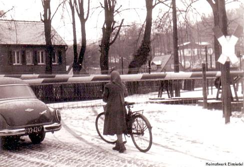 Bahnübergang Einsiedel in der Ortsmitte Ende der 1960er Jahre
