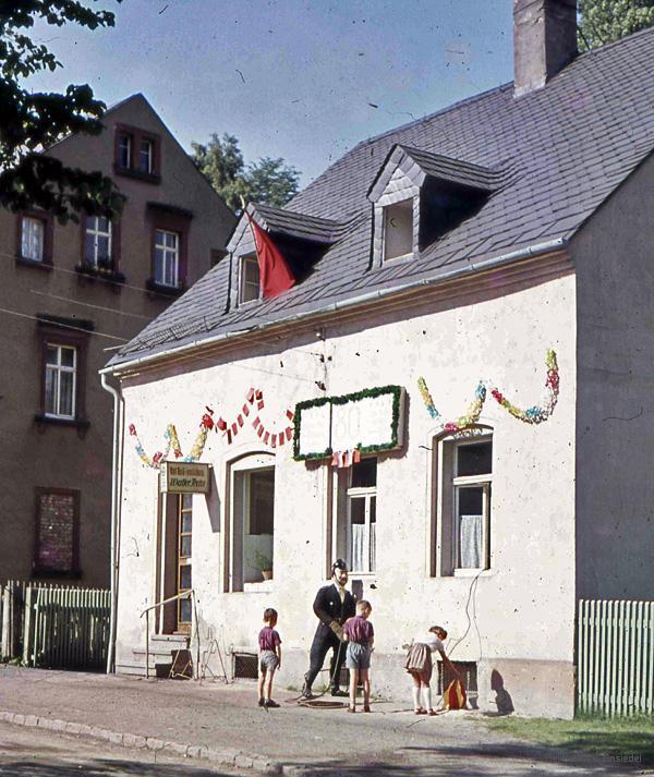 Bäckerei Frohs in Einsiedel mit Festschmuck anlässlich eines Feuerwehrjubiläums
