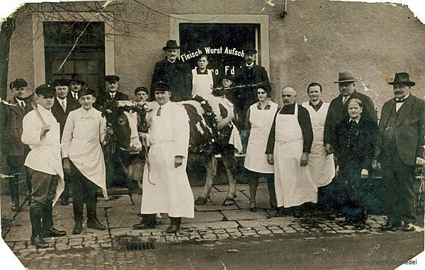 Familie Edel mit Belegschaft vor der Hauptstr. 105