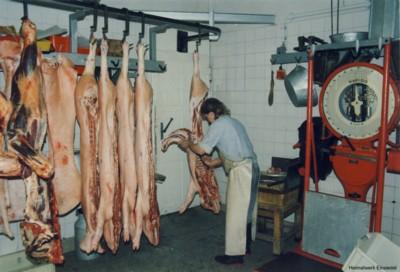 Schweinehälften werden verarbeitet um 1985.
