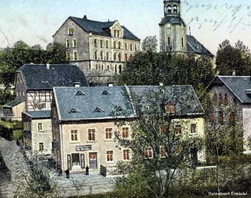 """Postkarte """"Halt gegen´s Licht"""", Einsiedel, 1902. Links die Buchbinderei Zickmantel."""