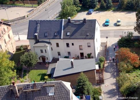 Schulturmblick auf die Einsiedler Hauptstraße 84 und 86 im September 2006