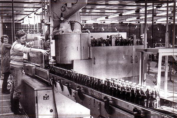 Neue Flaschenabfüllanlage im volkseigenen Einsiedler Brauhaus um 1981