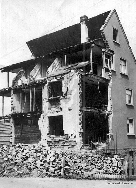 Zerstörtes Mehrfamilienhaus in der Hauptstraße 145 in Einsiedel 1945 (Ansicht Süd)