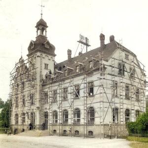 Einsiedler Rathaus mit Baugerüst um 1915