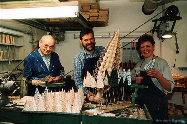Werner Glöß, Steffen und Barbara Göthel in der Werkstatt