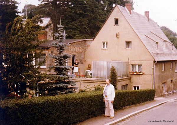 Werner Glöß vor dem Gebäude Berbisdorfer Straße 18 in Einsiedel um 1981/82