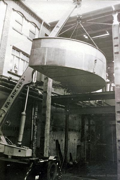 Einheben eines halben Läuterbottichs in das neue Sudhaus des Einsiedler Brauhauses 1989.