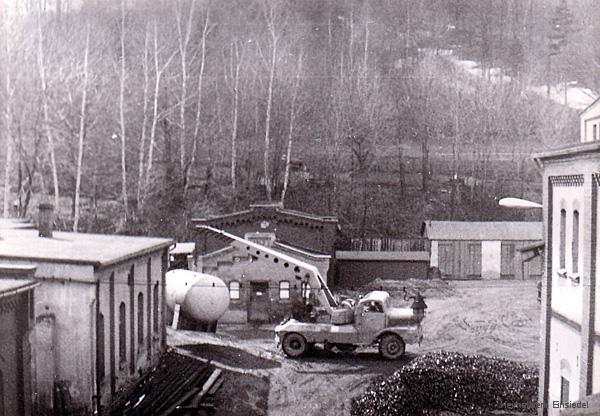 Einsetzen von Drucktanks in der Brauerei Einsiedel 1972