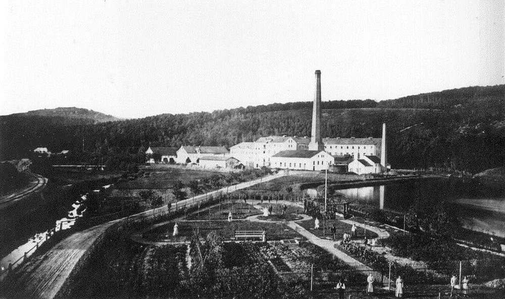 Blick zur Papierfabrik Einsiedel lange vor dem Bau der Entlastungsstraße. Im Vordergrund die Gärtnerei Weniger.