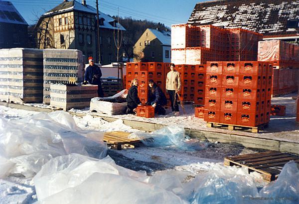 Schüler sortieren im Dezember 1991 neue Flaschen in die neuen Kästen der Einsiedler Privatbrauerei ein