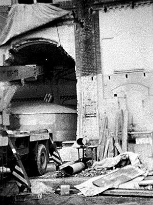 Einsetzen eines tschechoslowakischen Läuterbottichs in der Einsiedler Brauerei