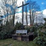 Gedenkkreuz und Massengrab für die Bombenopfer - Bilder vom Tage